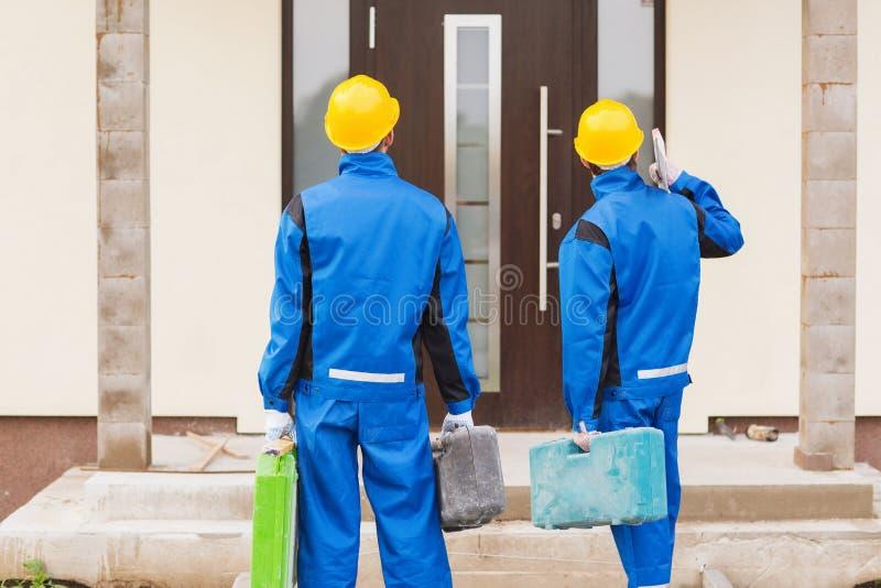 小组与工具箱的建造者 免版税库存照片