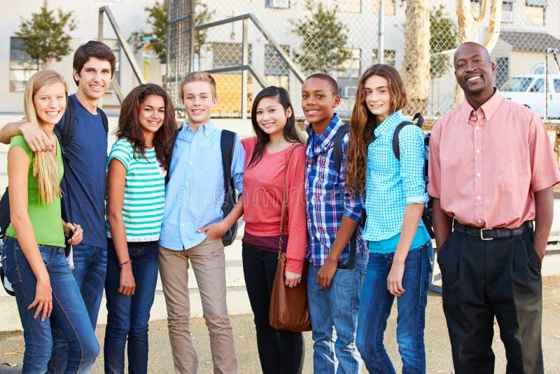 小组与老师的少年学生在教室之外 免版税库存图片
