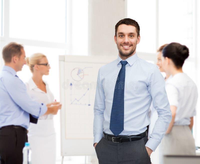 小组与smartboard的微笑的商人 免版税库存图片
