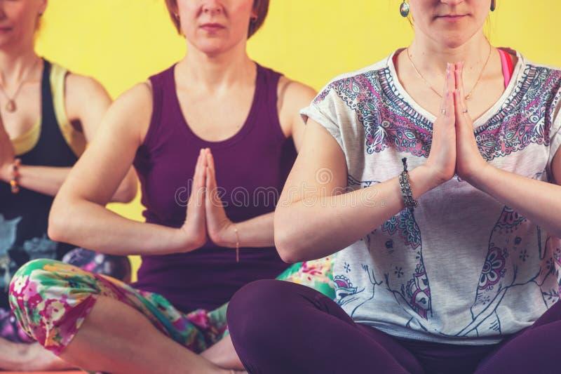 小组中部变老了做在类的妇女瑜伽 库存图片