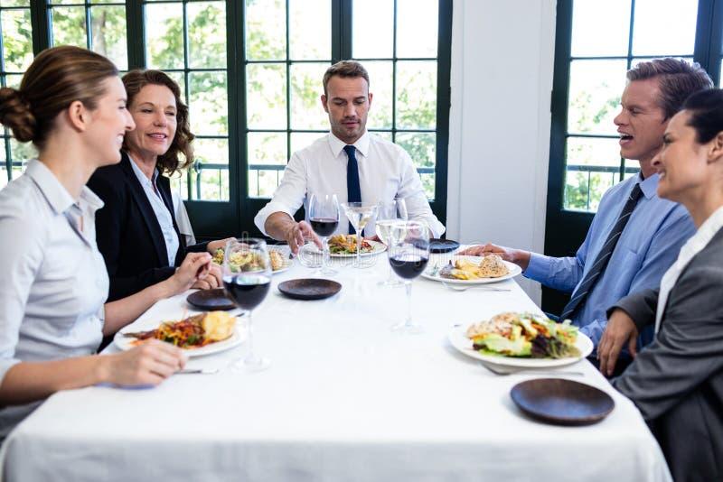 小组买卖人在工作午餐会议上 库存图片