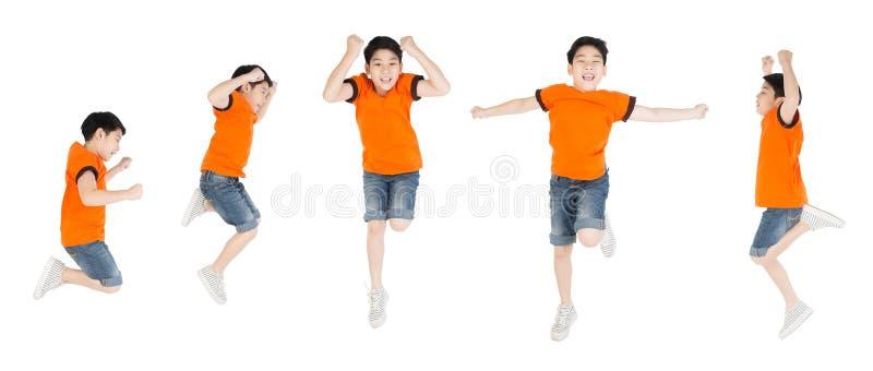 小组亚裔逗人喜爱的男孩跳与微笑面孔 免版税库存照片
