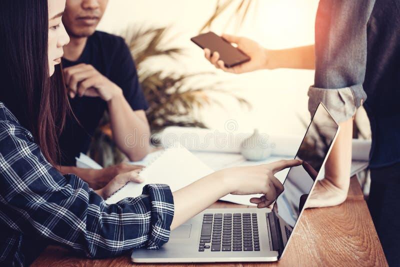 小组年轻亚洲商人在会议上 起始的企业概念 免版税图库摄影