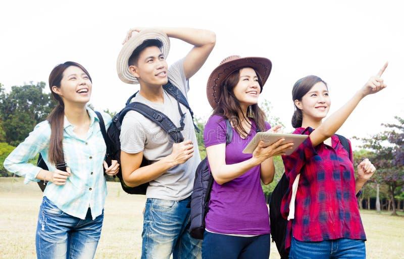 年轻小组享受假期和旅游业概念 免版税库存图片