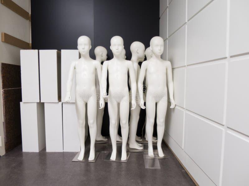 小组人体模型男孩在商店 库存照片