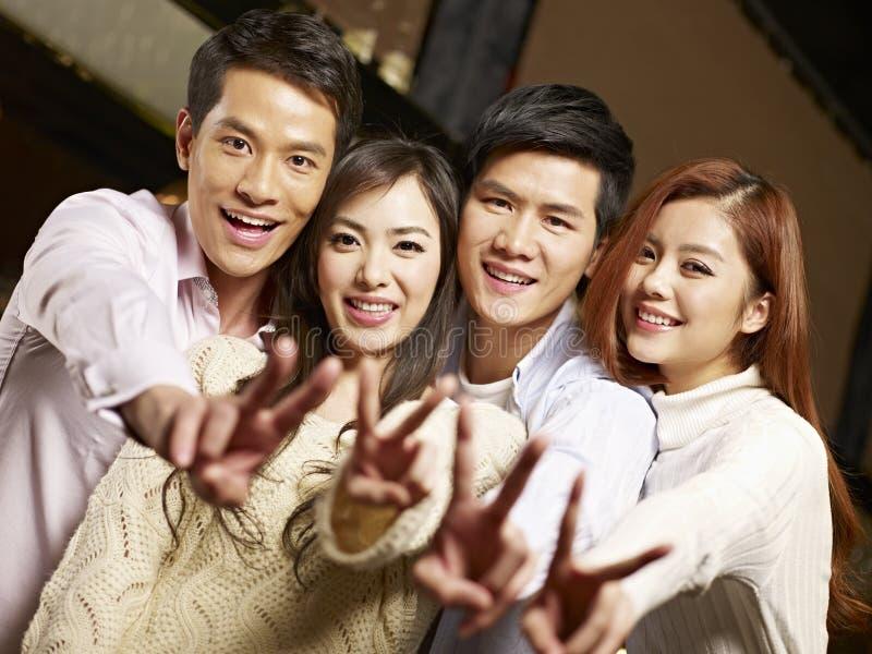 小组年轻人获得乐趣在酒吧 库存图片