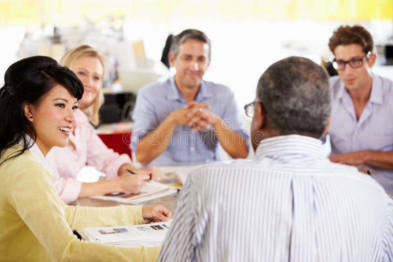 小组会议在创造性的办公室 免版税库存图片