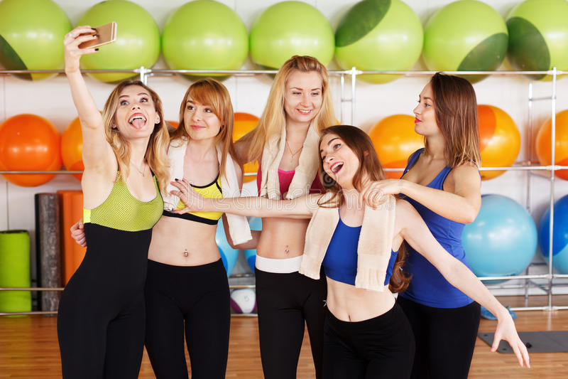小组做selfi的健身类的女孩 免版税图库摄影