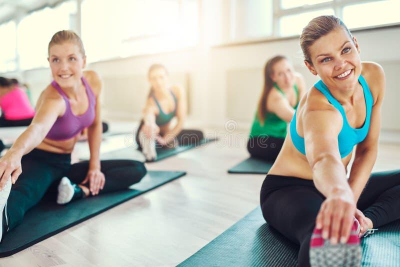 小组健身类的健康妇女 免版税图库摄影