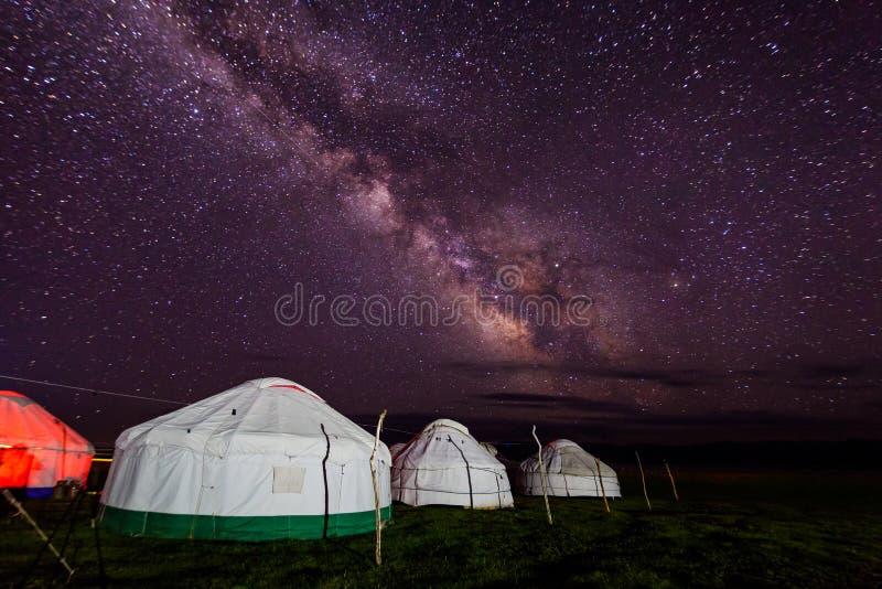 小组反对满天星斗的天空的yurts在晚上在沙漠 免版税图库摄影