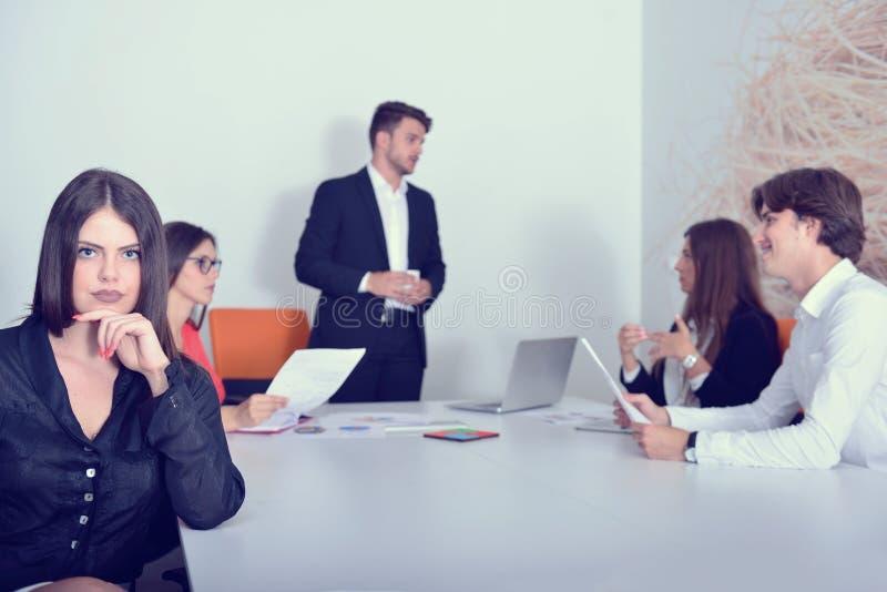 小组听商人的企业同事在会议期间 免版税图库摄影