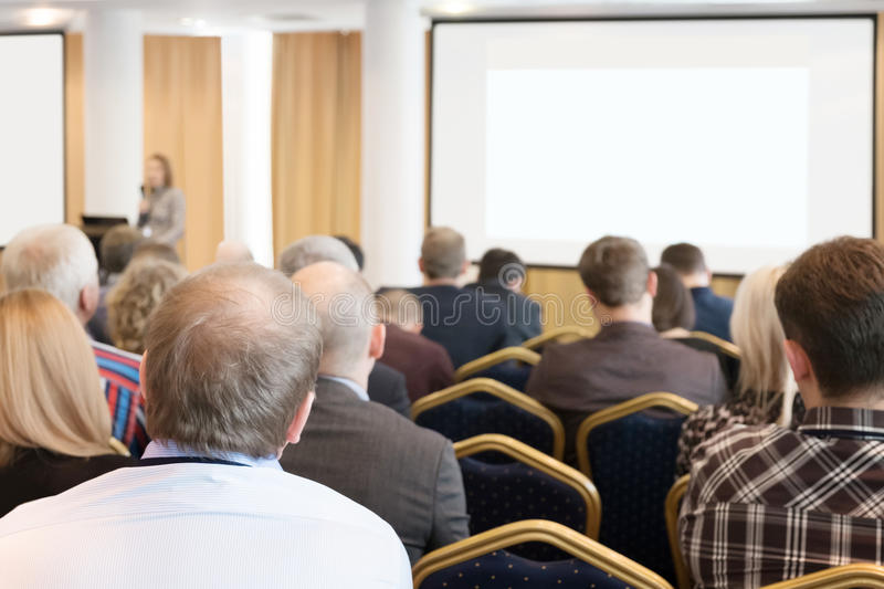 小组听在会议的商人 水平的图象 库存照片