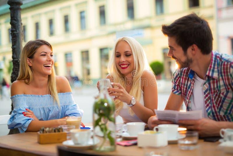 小组咖啡馆的青年人 免版税库存图片
