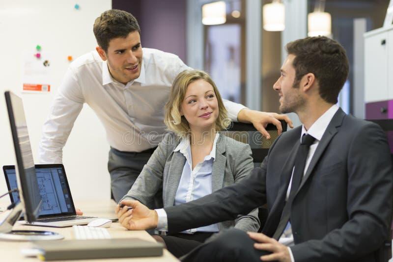 小组商人在一次会议在办公室,工作在comp 库存图片