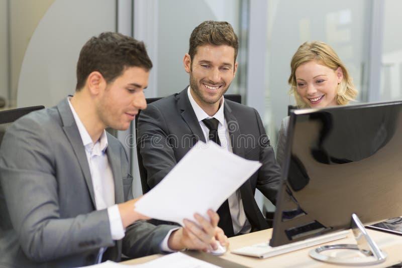 小组商人在一次会议在办公室,工作在comp 库存照片