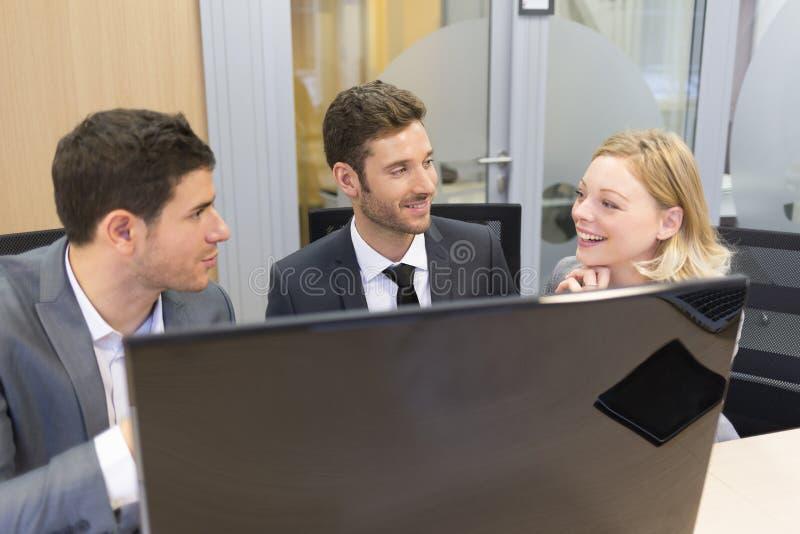 小组商人在一次会议在办公室,工作在comp 免版税库存图片