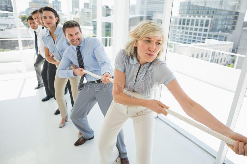 小组商人牵索在办公室 库存图片