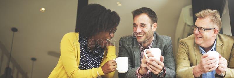 小组商人聊天的咖啡休息概念 库存图片