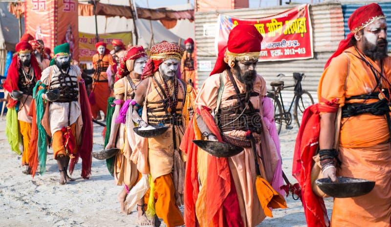 小组在一条街道上的未认出的印地安sadhu (圣洁者)步行在庆祝Kumbha Mela时 免版税库存照片