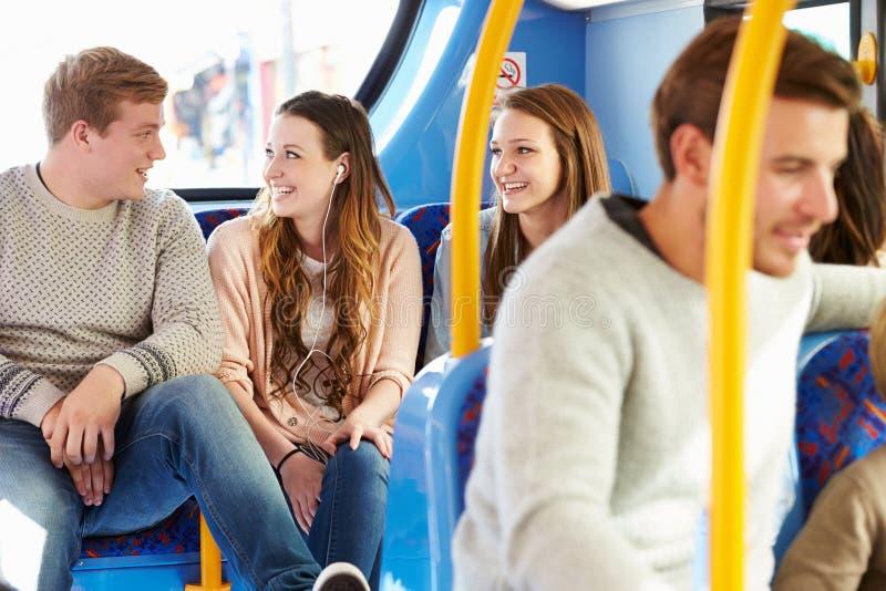 小组在一起公共汽车旅途上的青年人 免版税库存图片