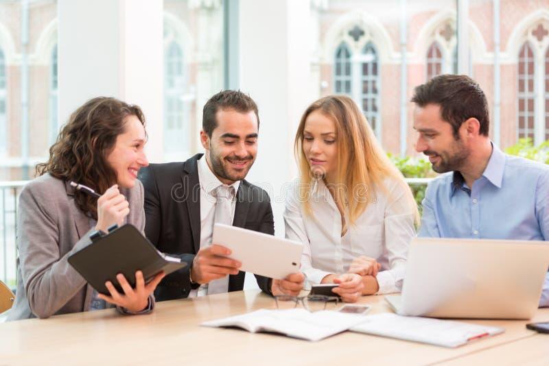 小组在办公室的商人 免版税图库摄影