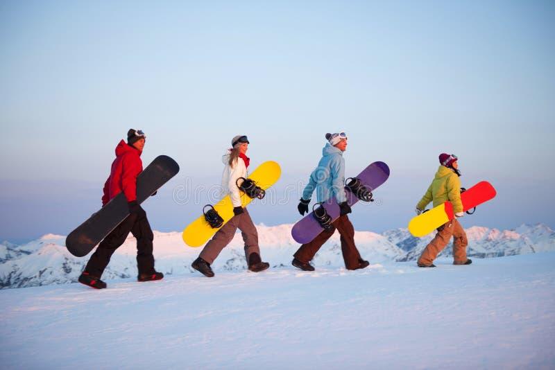 小组在山顶部的挡雪板 库存图片