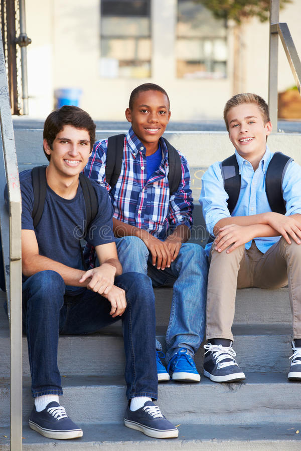 小组在教室之外的公少年学生 图库摄影