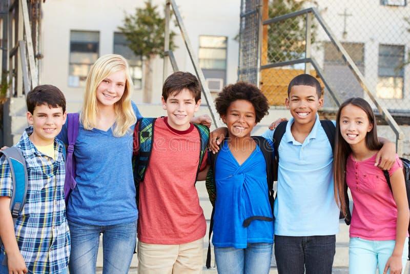 小组在教室之外的基本的学生 库存图片