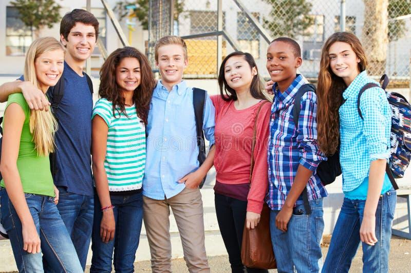 小组在教室之外的少年学生 库存图片