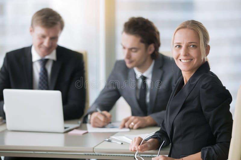 小组在现代办公桌的商人 库存图片