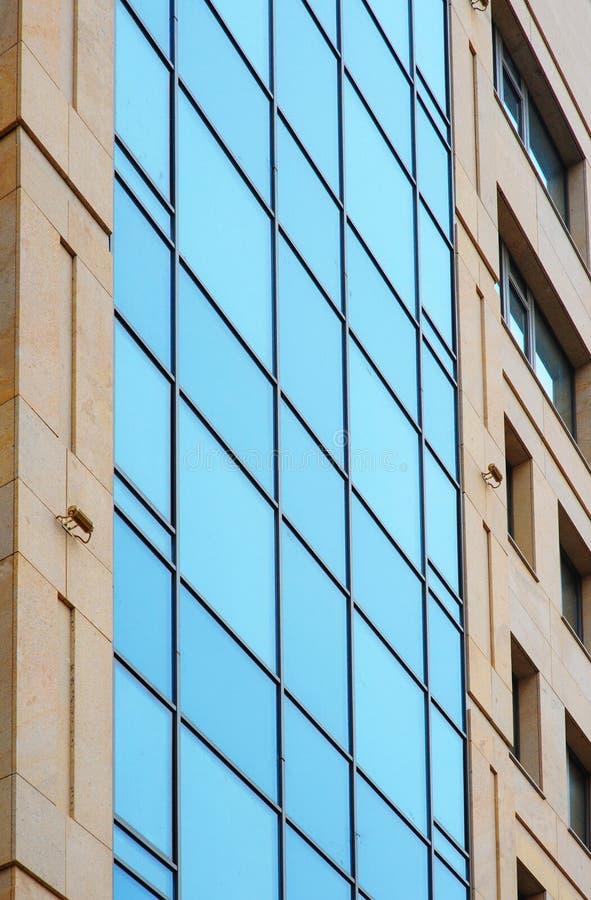 小组在现代大厦的玻璃窗办公室的 免版税库存照片