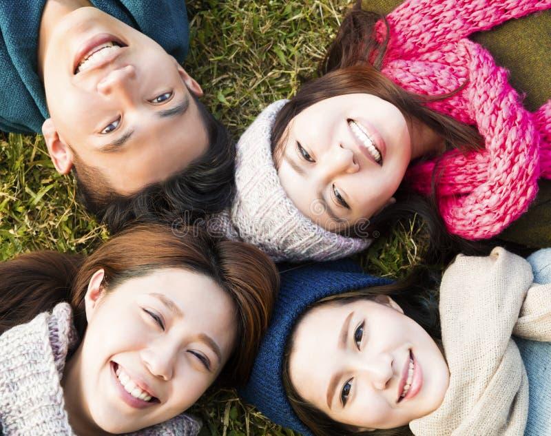年轻小组以在草的冬天穿戴 库存图片