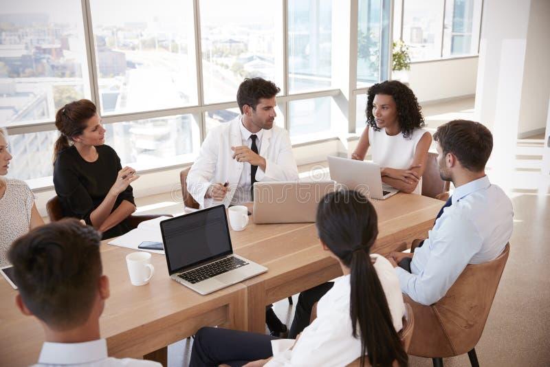小组在表附近的医护人员会议在医院 免版税库存照片