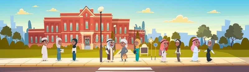 小组在谈教学楼主要回教的学童前面的阿拉伯学生立场学生 库存例证