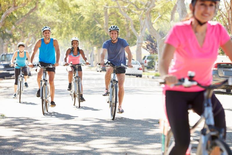 小组在郊区街道上的骑自行车者 图库摄影