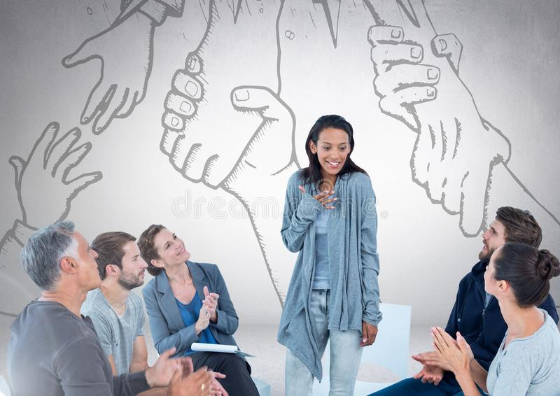 小组坐在到达为彼此图画的手前面的圈子会议的商人 库存照片