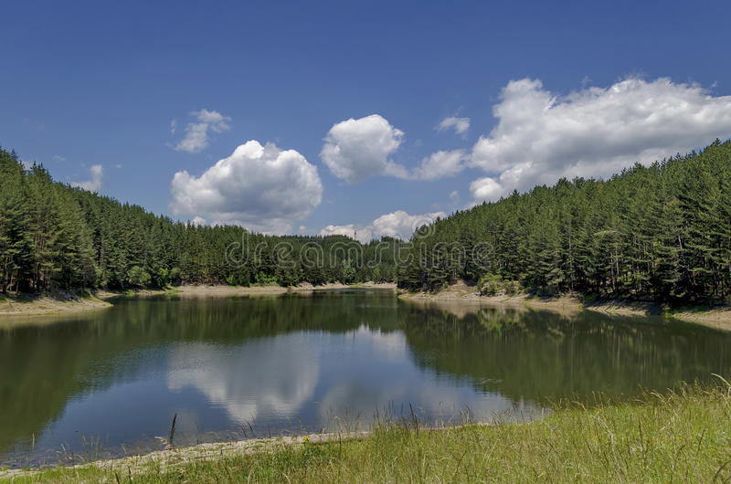 小水坝或水库在美丽的山Plana 免版税图库摄影