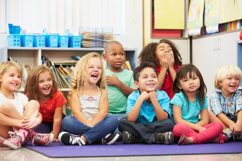 小组基本的学生在教室 免版税库存照片