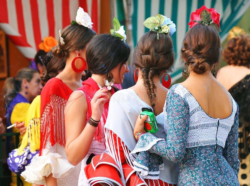 小组女孩,佛拉明柯舞曲穿戴,塞维利亚市场,安大路西亚,西班牙 免版税库存图片