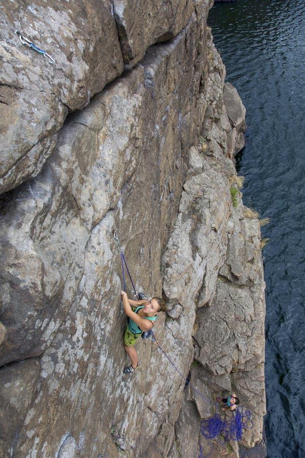 小组女性攀岩运动员做和上升  免版税库存照片