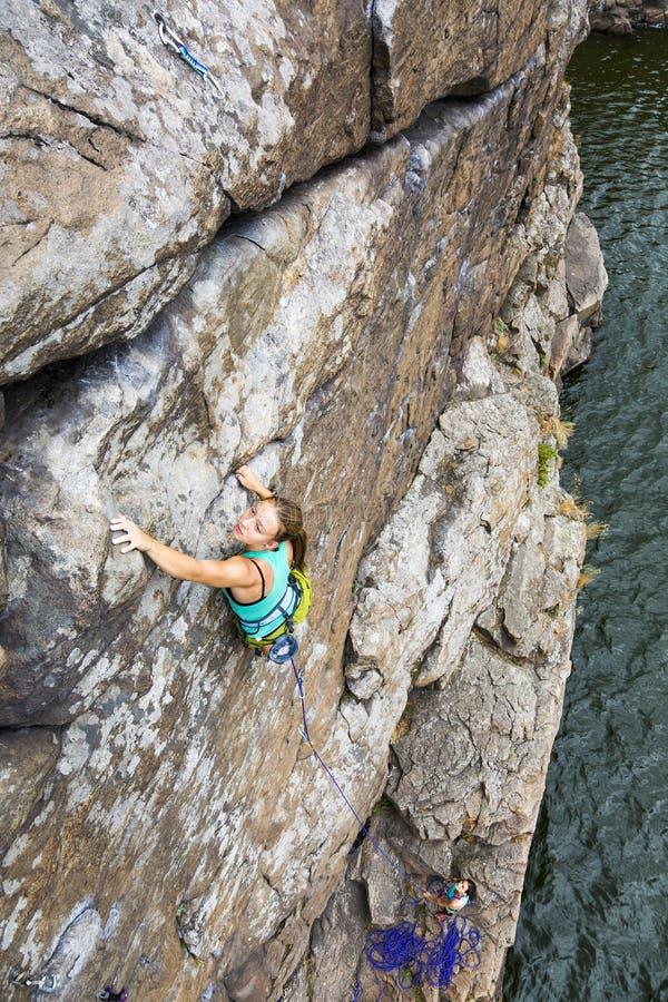 小组女性攀岩运动员做和上升  库存照片