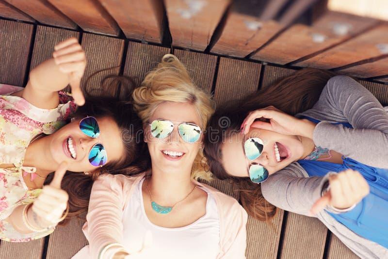 小组女朋友获得乐趣在城市 库存照片