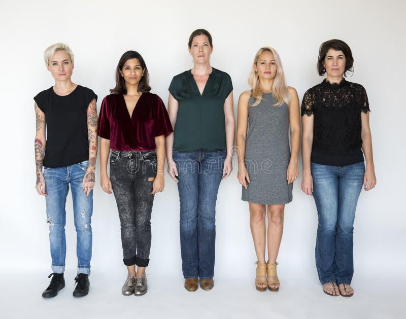 小组妇女一起站立严肃的神色 免版税库存图片