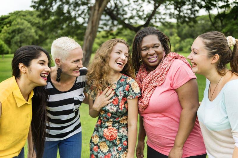 小组妇女交往配合幸福概念 库存图片