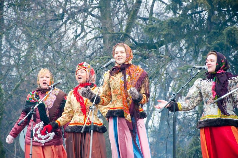 小组妇女在莫斯科唱一首歌曲,在Maslenitsa,在传统俄国clothers 库存照片