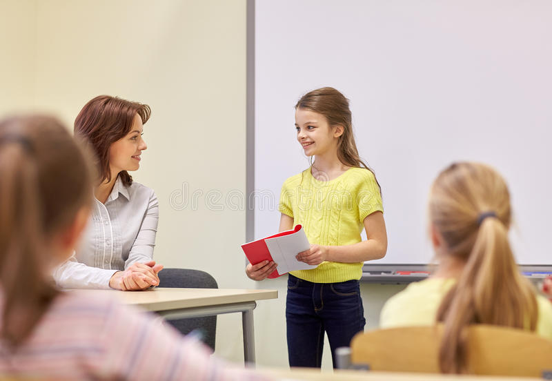 小组学校哄骗与老师在教室 库存照片
