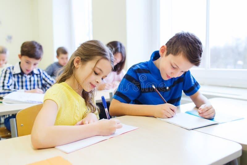 小组学校在教室哄骗文字测试 图库摄影