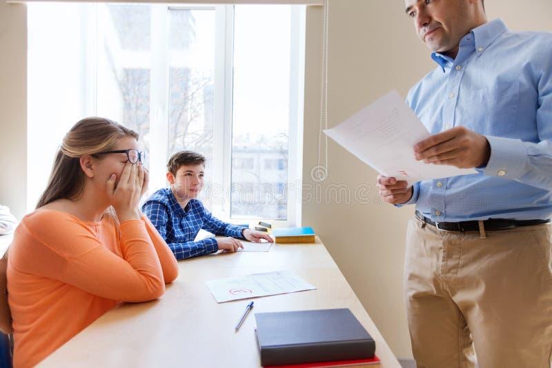 小组学生和老师有测试结果的 免版税库存照片