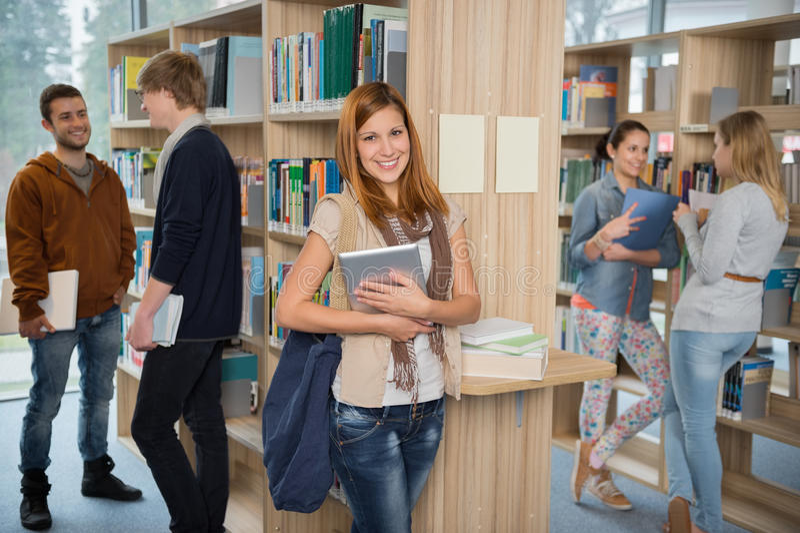 小组学生在大学图书馆里 图库摄影