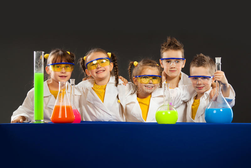 小组孩子在实验室里 科学和教育在实验室 图库摄影